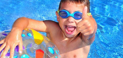 enseñar a nadar a un niño